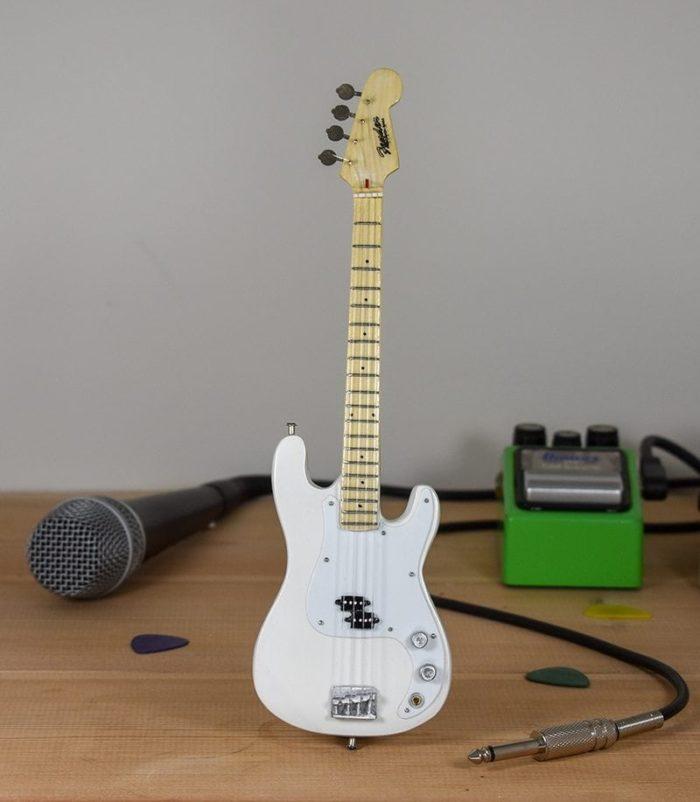 Fender Bass (white)